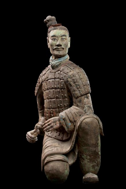 Armored kneeling archer, Qin dynasty (221-206 BCE), China. Terracotta.  Excavated from Pit 2, Qin Shihuang tomb complex, 1977.  Qin Shihuang Terracotta Warriors and Horses Museum, Shaanxi.