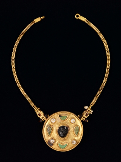 Necklace with cameo face pendant (1st century CE), Thaj city, Tell al-Zayer site, Saudi Arabia. Gold, pearls, turquoise, and ruby.  Image: courtesy National Museum of Saudi Arabia, Riyadh, 2059.