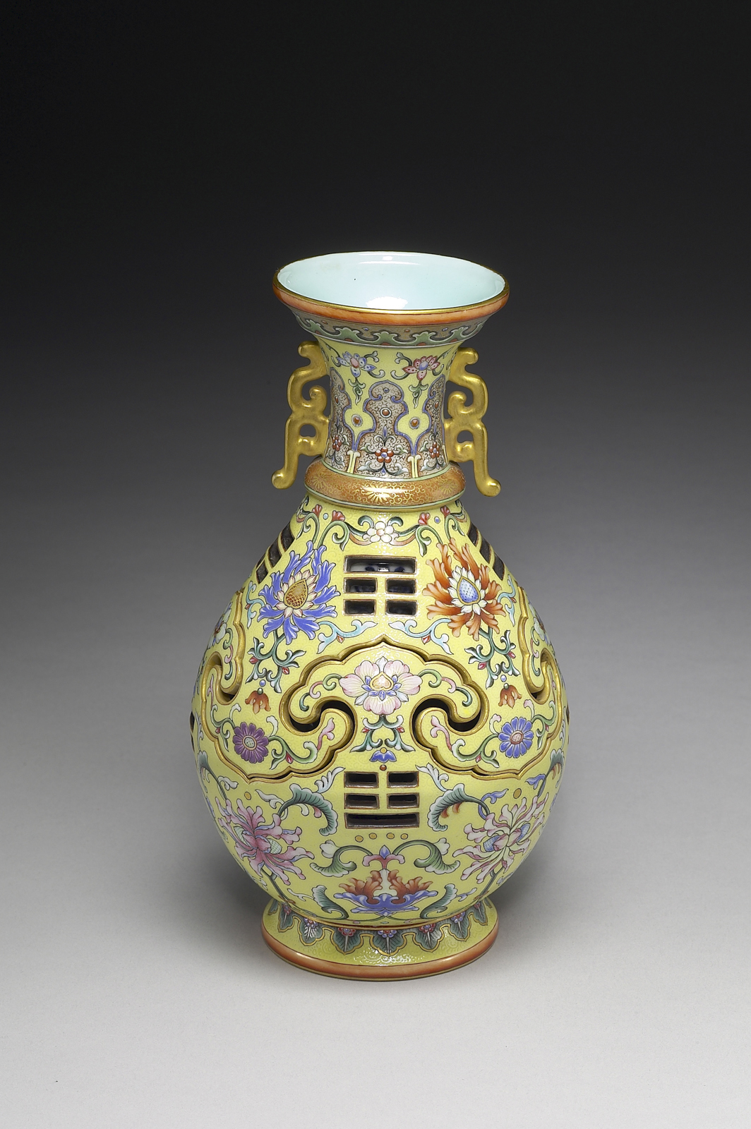 AAM Emperors' Treasures Vase with revolving core EX2016.3.106